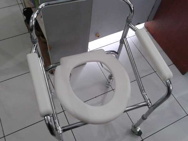 commode chair roda 3